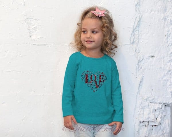 Meisje met glitter strijkapplicatie Love op blauwe sweatshirt - GlitterDesign